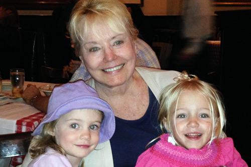 Доктор Лоррейн Дэй в 2014 г. со своими внучками